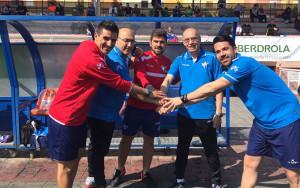 Antonio Toledo, entrenador del Sporting, junto a algunos de sus colaboradores.
