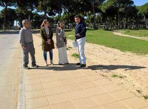 La subdelegada del Gobierno en Huelva, Asunción Grávalos, y la segunda teniente alcalde de Hinojos, Purificación Pérez, han visitado las obras que se llevan a cabo en el municipio con los fondos del Programa de Fomento de Empleo Agrario (PROFEA).