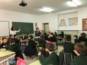 Profesionales de ASPROMIN visitando a los alumnos.