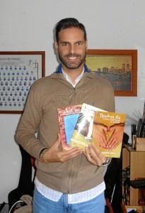 El escritor onubense Juan Bustamante, con sus tres publicaciones literarias.