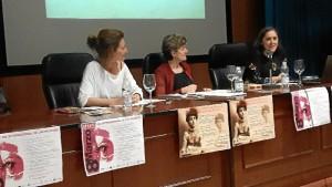 La escritora Pepa Merlo pronuncia una conferencia en la Facultad de Humanidades.