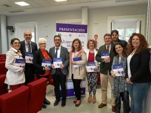 En la imagen, el autor y los colaboradores del libro, así como la secretaria general de Salud Pública y Consumo de la Junta de Andalucía y las presidentas de las Asociaciones de Alzheimer de Andalucía y Huelva.