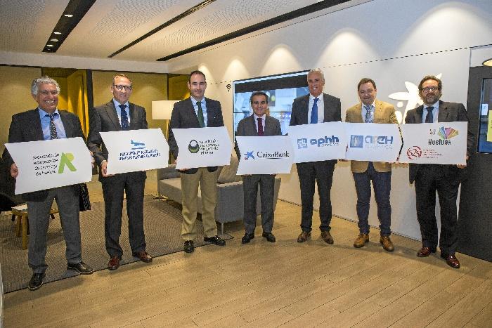Al acto han asistido Rafael Herrador, director territorial de CaixaBank en Andalucía Occidental y los cinco presidentes de las asociaciones que forman el Círculo Empresarial de Turismo de Huelva (CETH).