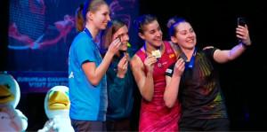 Carolina Marín, con el oro, en el podio junto a las otras medallistas del torneo. / Foto: Captura RTVE.