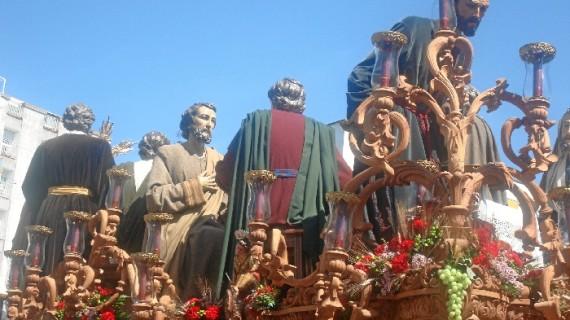 Un día primaveral espléndido acompaña a la Sagrada Cena en su salida del Domingo de Ramos