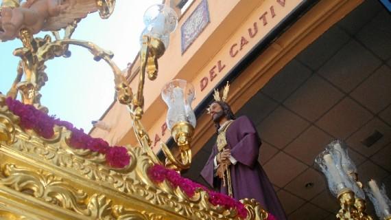 La Hispanidad se vuelca con su Santo Cristo Cautivo en una salida procesional del Lunes Santo marcada por el buen tiempo