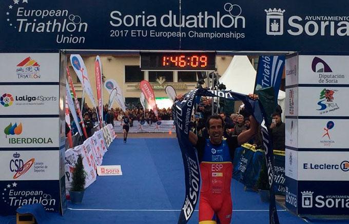 Emilio Martín, en el momento de entrar en la meta como ganador. / Foto: @triatlonnoticia.