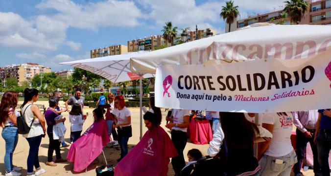 Huelva demuestra su solidaridad en el acto 'Tu pelo cuenta' de la ONG 'Mechones solidarios'