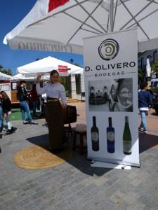 Bodegas Oliveros, presente en la Feria, obsequiando a los visitantes.