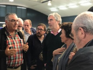 Miembros de la Academia, atendiendo las explicaciones del Patrón Mayor.