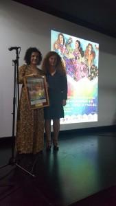 Momento de la entrega del premio a María Eugenia Limón.