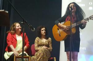 Cinta Hermo dedicó una canción a cada una de las homenajeadas durante el acto.