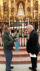 El obispo de Huelva bendijo las medallas.
