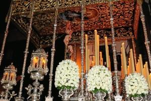 La Virgen del Rocío y Esperanza bajo su bello paso de palio.
