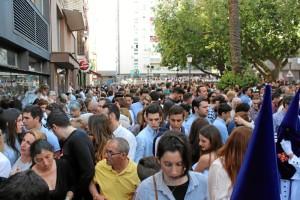 Multitud de personas se aglutinan cada año en torno a la procesión de esta reconocida cofradía.