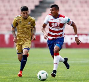Antonio Domínguez, uno de los jugadores más incisivos en el cuadro onubense, intenta parar una contra local. / Foto: www.granadacf.es/.