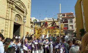 Cientos de onubenses esperan a Tres caídas a las puertas del Sagrado Corazón
