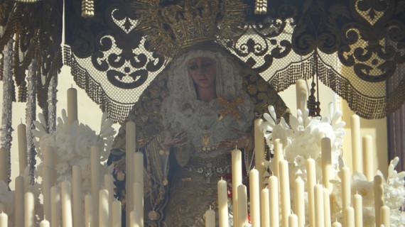 La Reina del Polvorín tiñe de azul el Miércoles Santo