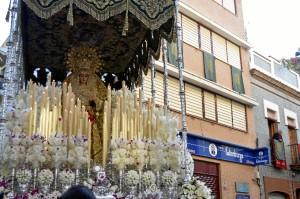 Nuestra Señora de la Esperanza Coronada frente al Convento de las Hermanas de la Cruz en su salida de 2017.