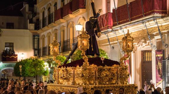 Ayamonte acompaña a Jesús de la Pasión y María Santísima de la Paz el Miércoles Santo
