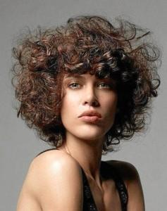 Predomina el cabello con volumen y rizado.
