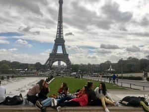 Elena ha trabajado como auxiliar de lengua española en varios colegios franceses. /En la imagen, en el último de sus viajes, en París, junto a sus amigas de Huelva que fueron a visitarla.