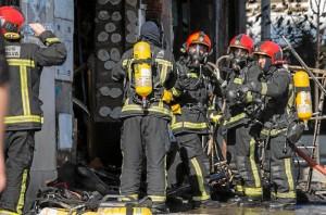 Los bomberos sofocando el incendio en la tarde del martes.