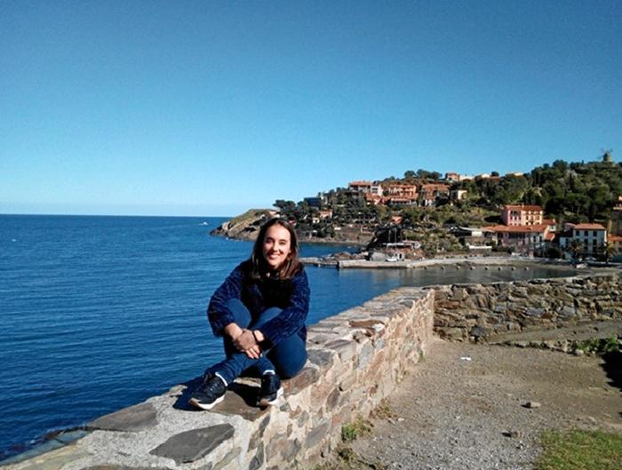 La filóloga onubense Elena Muñoz ha residido durante ocho meses en Narbona. / En la imagen, visitando Colliure, un pequeño pueblo cercano frontera con España en el que está enterrado Antonio Machado.