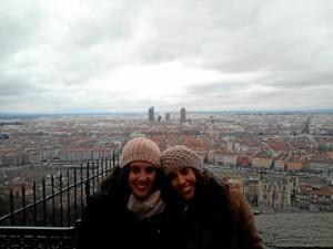 Elena reconoce haber mejorado estos meses su nivel de francés. En la imagen, visitando Lyon con otra auxiliar de español de Canarias.