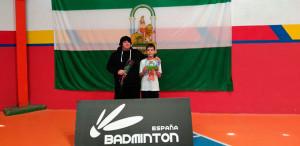 Guillermo Nuviala, junto a Amanda Márquez, con el trofeo obtenido en Ronda.
