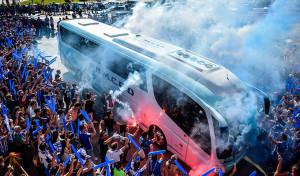 La afición del Recre arropa a sus jugadores desde mucho antes de comenzar el partido. / Foto: Pablo Sayago.