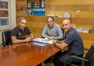 El Gerente de EMAHSA, Marcos Martín, junto a representantes de la ONG BUSF Huelva.