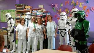 Un momento de la visita a los niños de pediatría del Hospital Juan Ramón Jiménez.