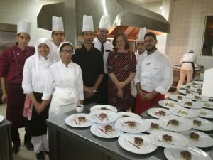 El onubense con el equipo de cocina que le proporcionaron en Fez.