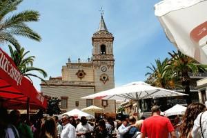 La céntrica plaza acoge hasta este domingo la Verbena del Jamón y del Marisco.