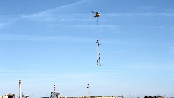 Endesa sustituye con helicóptero tres torres de alta tensión en las marismas de Huelva