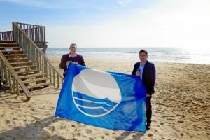 Imagen de archivo de la Bandera Azul 2016 y de los Tenientes de Alcalde de Lepe e Isla Cristina delegados en la Mancomunidad: Jesús Toronjo y Carlos Guarch, respectivamente.