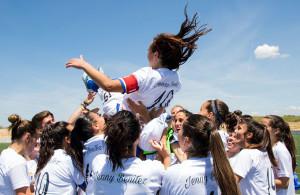 El homenaje a Jenny Benítez concluyó con la capitana manteada por sus compañeras.