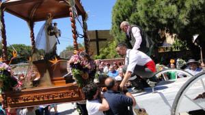 Los romeros montan a su Patrona en la carreta.