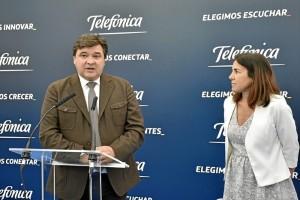 El alcalde de Huelva, Gabriel Cruz, y la directora del Territorio Sur de Telefónica, María Jesús Almazor, durante la inauguración.