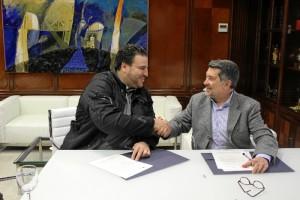 Un momento de la firma del acuerdo.