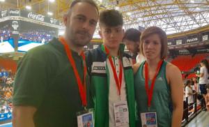 Javier Pérez, junto a los técnicos Santiago Bernárdez y Almudena Gómez.