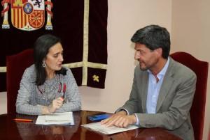 Reunión de la subdelegada del Gobierno y el jefe de Sanidad Exterior de Huelva.