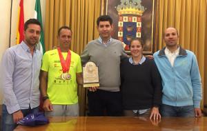 Un momento del homenaje del Ayuntamiento de Valverde del Camino tributó al deportista trasplantado Emilio Domínguez.