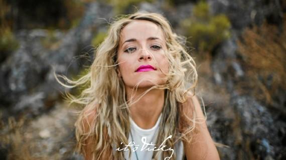 La onubense Vicky Corbacho se aúpa en el número 1 de las listas de Perú con su bachata 'Qué bonito'