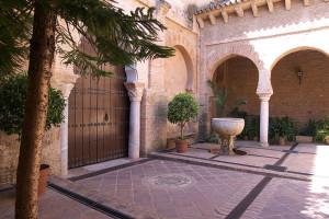 Interior del patio de la Iglesia de Santa María de la Granada de Niebla, un rincón por descubrir. / Foto: lugaresconhistoria.com