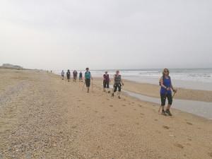 Británicos haciendo nordic walking en una playa onubense.