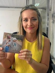 Vicky ha querido presentarnos su disco en la redacción de HBN.