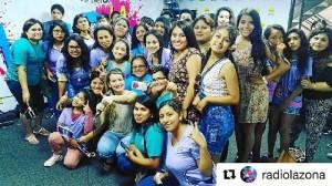 A su llegada al aeropuerto de Perú se encontró a un grupo de fans que fueron a recibirla.