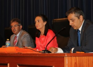 El decano de la facultad, Tomás Escobar, se dirige a los asistentes, en presencia del rector y la subdelegada del Gobierno.